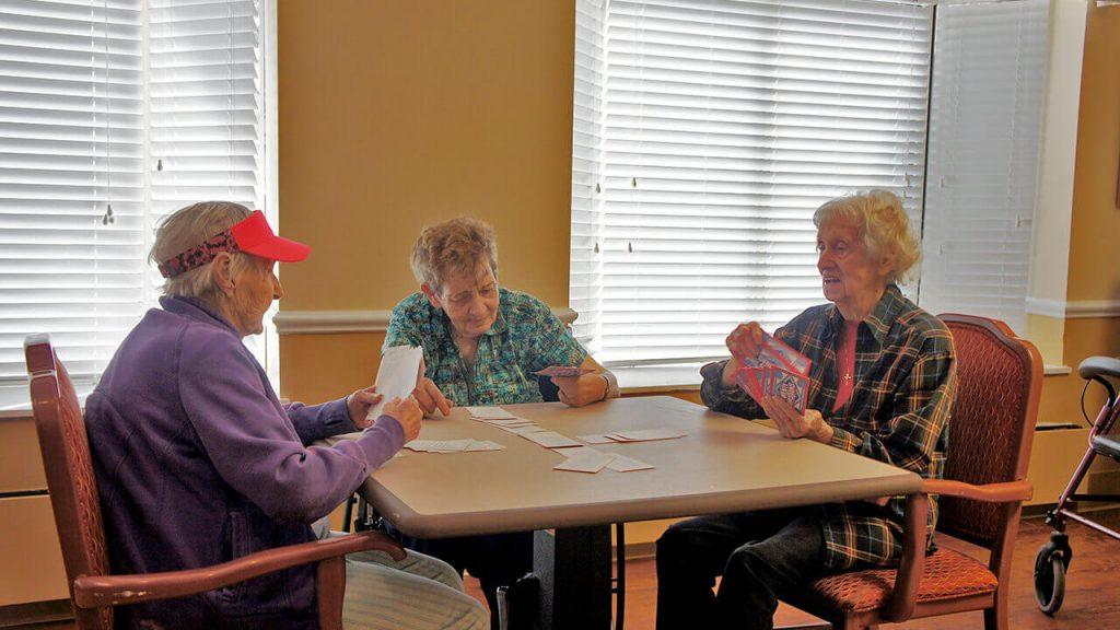 regents-park-jacksonville-patients-playing cards-02